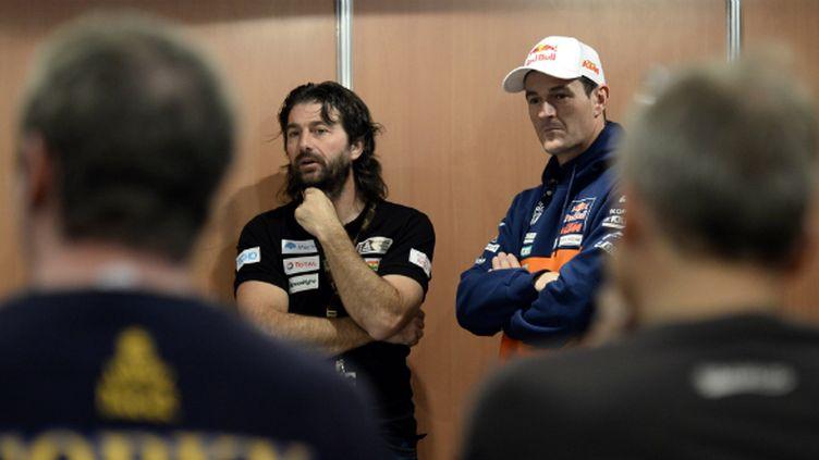 David Castera, directeur de course du Dakar, et Marc Coma (KTM), quadruple vainqueur de l'épreuve, donnent des conseils aux débutants