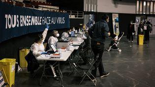 Des soignants lors de tests de dépistage du Covid-19, lundi 12 octobre, à Lyon (Rhône). (JEAN-PHILIPPE KSIAZEK / AFP)
