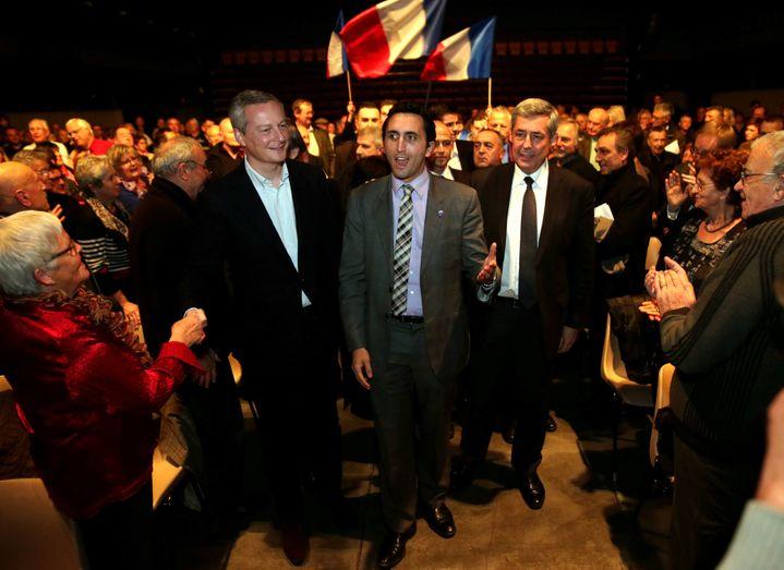 L'UMP Julien Aubert soutenu par Bruno Le Maire (à gauche) et Henri Guaino(à droite),lors d'un meeting pour les municipales,le 13 février 2014 à Carpentras (Vaucluse). (MAXPPP)
