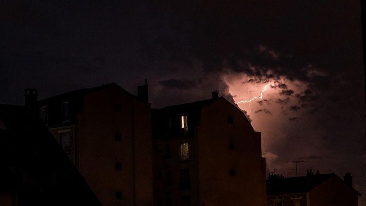 Un orage s'abat sur Paris, le 26 juin 2020. (ARTHUR NICHOLAS ORCHARD / HANS LUCAS / AFP)