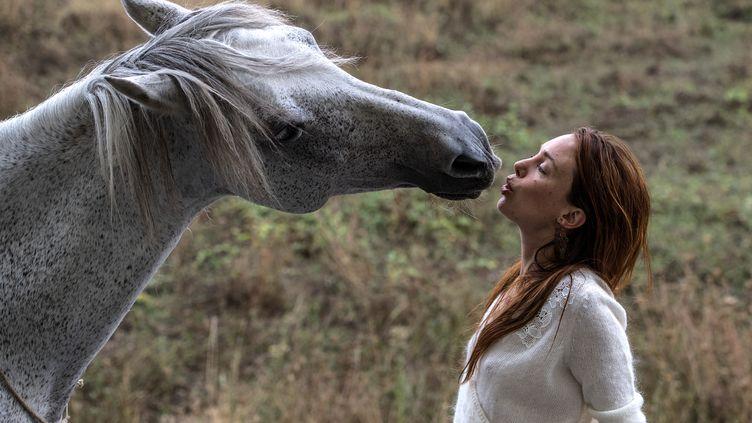 Le cheval Corazon et Laetitia Dosch. (CHRISTOPHE ARCHAMBAULT / AFP)