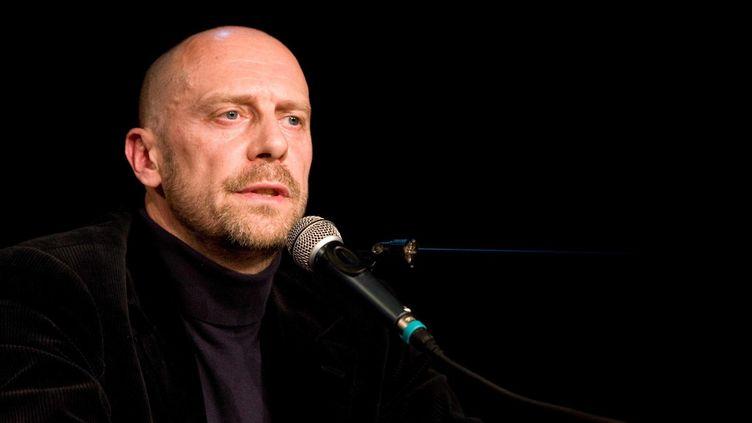 """L'essayiste Alain Soral lors de la présentation de la liste européenne de Dieudonné """"Les antisionnistes"""", en 2009.  (REVELLI-BEAUMONT/SIPA)"""