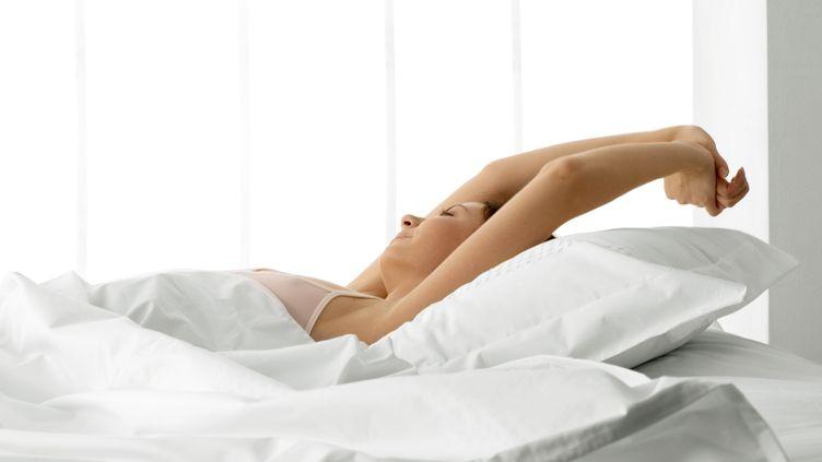 Une femme se réveille. (FRÉDÉRIC CIROU / MAXPPP)