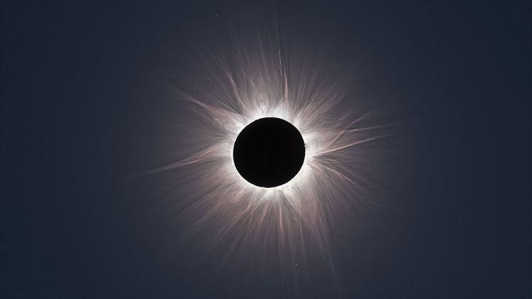 Une éclipse totale du Soleil est observée depuis l'Australie, le 13 novembre 2012. (SEBASTIAN VOLTMER / AFP)