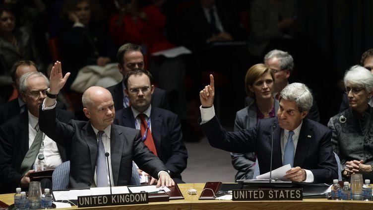 Le ministre des Affaires étrangères britannique, William Hague, et le Secrétaire d'Etat américain, John Kerry, lors d'une réunion du Conseil de sécurité de l'ONU, le 27 septembre 2013 à New York. (JOSHUA LOTT / GETTY IMAGES NORTH AMERICA / AFP)