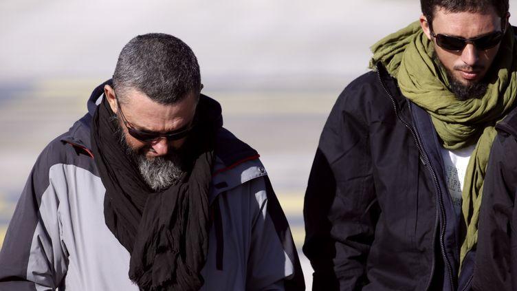 Marc Feret (à gauche) et Pierre Legrand sur le tarmac de l'aéroport militaire de Villacoublay (Yvelines), le 30 octobre 2013. (KENZO TRIBOUILLARD / AFP)