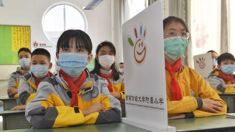 Des élèves d'une école primaire à Chengdu (Chine), le 27 avril 2020. (LIU KUN / XINHUA)