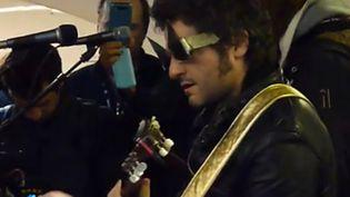 Matthieu Chedid en concert dans le métro le 18 novembre 2013.  (saisie écran vidéo D Anthony)