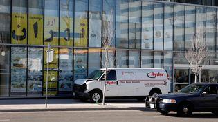 La camionnette blanche qui a renversé plusieurs dizaines de passants, le 23 avril 2018 à Toronto, tuant dix personnes, à l'arrêt dans la rue où s'est produite l'attaque. (CHRIS DONOVAN / REUTERS)