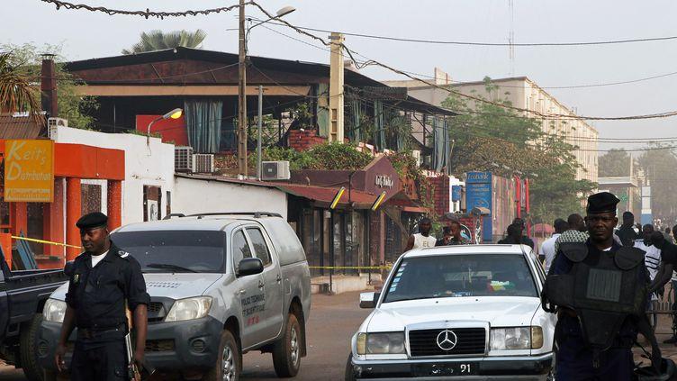 Des policiers se tiennent devant le restaurant La Terrasse à Bamako (Mali), le 7 mars 2015. (SEBASTIEN RIEUSSEC / AFP)