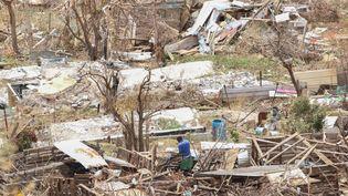 Un homme dans les ruines de sa maison, après le passage de l'ouragan Irma sur l'île de Saint-Martin, le 12 septembre 2017. (GETTY IMAGES)