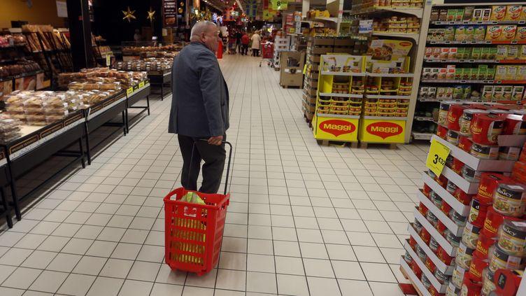 """L'UFC-Que Choisir estime que le projet de loi sur l'agroalimentaire aura des conséquences """"inflationnistes"""" pour le consommateur. Ci-contre, un supermarché Auchan à Villeneuve d'Ascq (Nord). (MAXPPP)"""