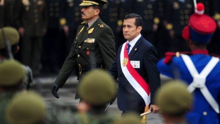 Le nouveau président du Pérou Ollanta Humala reçoit les honneurs militaires, le 3 août 2011 à Lima. (ERNESTO BENAVIDES / AFP)