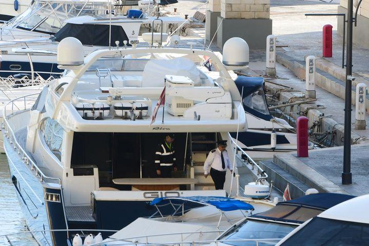 Les policiers maltais à bord du yacht de Yorgen Fenech lors de son arrestation, le 20 novembre 2019. (JONATHAN BORG / AFP)