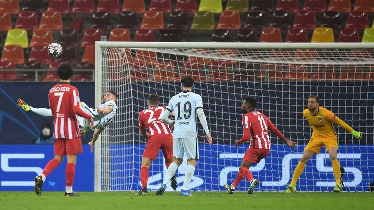 L'attaquant français de Chelsea Olivier Giroud inscrit un but d'un retourné acrobatique face à l'Atlético Madrid, le 23 février 2021, en 8e de finale aller de la Ligue des champions. (DANIEL MIHAILESCU / AFP)