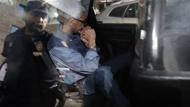 Francisco José Garzon Amo lors de son départ du commissariat, dimanche 28 juillet 2013, pour être emmené au tribunal de Saint-Jacques de Compostelle (Espagne). (RAFA RIVAS / AFP)