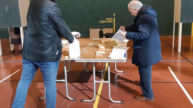 Un électeur lors du premier tour des élections municipales, à Brive-la-Gaillarde (Corrèze), le 15 mars 2020 (NICOLAS BLANZAT / FRANCE-BLEU LIMOUSIN)