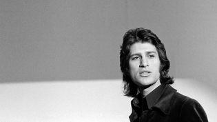 """Le chanteur Mike Brant dans l'émission """"Entente Cordiale"""" en 1972. (JEAN ADDA / INA)"""