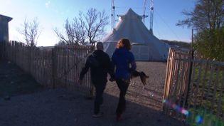 Célia et Julien Faucheux se sont offert leur propre chapiteau. En attendant de pourvoir y présenter des spectacles, ils ont créé une école de cirque pour les enfants. (France 3 / Marc Yvard)
