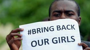 Un manifestant pose avec un message demandant la libération des lycéennes nigérianes enlevées par Boko Haram, à Colombo (Sri Lanka), le 9 mai 2014. (ISHARA S.KODIKARA / AFP)