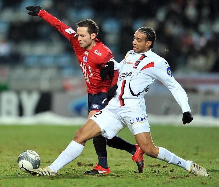 Le défenseur de Boulogne-sur-Mer Guillaume Borne (en blanc) à la lutte avec le Lillois Yohan Cabaye, lors d'un match à Boulogne (Pas-de-Calais), le 13 février 2010. (PHILIPPE HUGUEN / AFP)