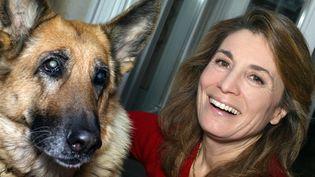 """Reha Hutin, la productrice de """"30 millions d'amis"""", et la chienne Maboukra, à Paris, le 9 décembre 2003. (JOEL ROBINE / AFP)"""