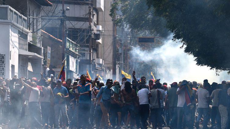 Des manifestants protestent contre le gouvernement deNicolas Maduro, le 23 février 2019, à San Antonio del Tachira, au Venezuela. (FEDERICO PARRA / AFP)
