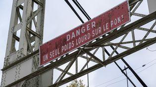 """Un panneau """"Danger : un seul poids lourd sur le pont""""sur le pont de Mirepoix-sur-Tarn (Haute-Garonne), qui s'est effondré le 18 novembre 2019, faisant deux morts. (ADRIEN NOWAK / HANS LUCAS / AFP)"""