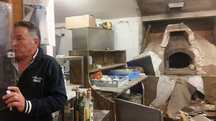 Nando, dans son restaurant La Fattoria, dévasté, le plus réputé de la région avant le séisme. (RADIO FRANCE / MATHILDE IMBERTY)