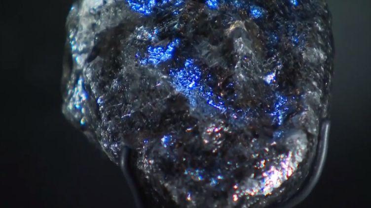 """Le diamantSeweloest le deuxième plus gros diamant brut au monde. Son nom signifie """"découverte rare"""", en tswana, la langue parlée au Botswana, où il a été découvert. Il a depuis été acquis par la maison Louis Vuitton, qui mise beaucoup sur sa pierre. (FRANCE 3)"""