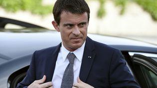 Manuel Valls arrive, le 11 mai 2015, à l'Institut national de la santé et de la recherche médicale de Lyon. (PHILIPPE DESMAZES / AFP)