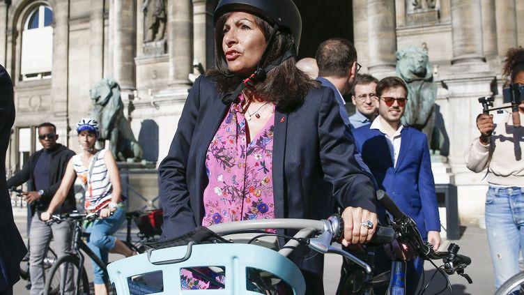 Anne Hidalgo, son vélo, sa bataille contre tout voiture à Paris. (MAXPPP)