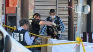 Les enquêteurs de la police judiciaire prélèvent les vêtements d'un militaire tué à Montauban (Tarn-et-Garonne), le 15 mars 2012. (ERIC CABANIS / AFP)