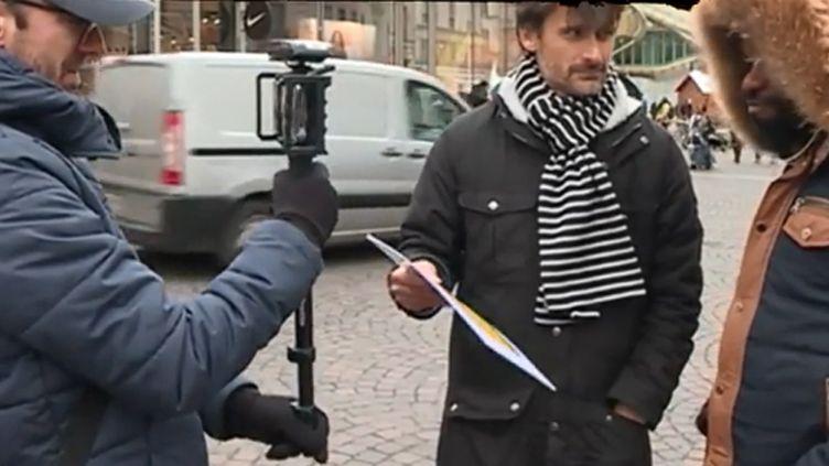 Le journaliste Julien pain avec un passant (FRANCEINFO)