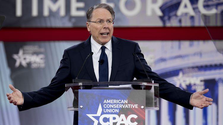Wayne LaPierre, président de la NRA, s'est exprimé à la tribune d'un rassemblement de conservateurs américains, jeudi 22 février 2018 à Oxen Hill (Etats-Unis). (JIM WATSON / AFP)