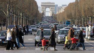 Des piétons sur les Champs-Elysée à Paris. (Photo d'illustration) (TIM GRAHAM / GETTY IMAGES EUROPE)