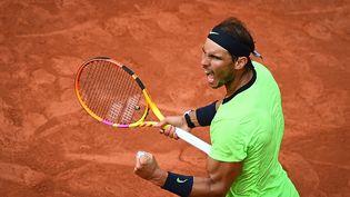 Rafael Nadal face à Jannik Sinner lors de Roland-Garros 2021. (CHRISTOPHE ARCHAMBAULT / AFP)