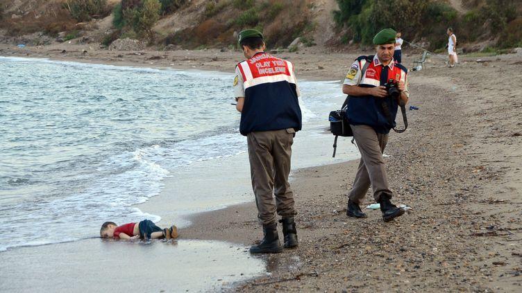 Un enfant syrien de 3ans gît sur une plage à Bodrum(Turquie), après le naufrage de son embarcation, le 2 septembre 2015. (MAXPPP)