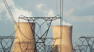 La centrale électrique de Duhva, l'une des principales d'Afrique du Sud, fonctionne au charbon. (MIKE HUTCHINGS / REUTERS)
