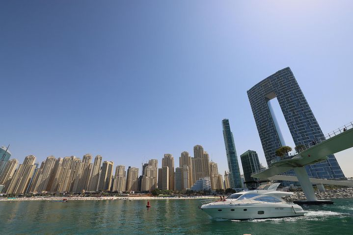 Un bateau passe devant la Jumeirah Beach Residence (JBR) à Dubaï, aux Émirats arabes unis, le 3 mars 2021. (GIUSEPPE CACACE / AFP)