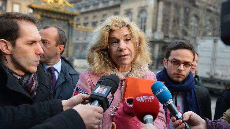 Frigide Barjot, porte-parole du collectif La Manif pour tous, s'exprime face à des journalistes, devant le Sénat, à Paris, le 4 avril 2013. (MIGUEL MEDINA / AFP)