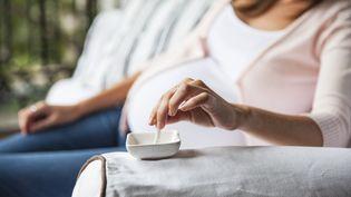 Une femme enceinte écrase sa cigarette, le 23 février 2017. (SIGRID OLSSON / ALTOPRESS / AFP)