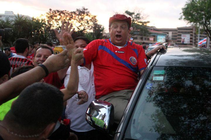 Le président du Costa Rica Luis Guillermo Solis fête la qualification de l'équipe nationale en quarts de finale, le 29 juin à San Jose. ([E]KENT GILBERT / XINHUA / AFP)