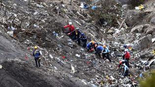 Les fouilles des débrissur le massif des Trois-Évêchés, en-dessous de la tête de l'Estrop, dans les Alpes, le 26 mars2015. (ANNE-CHRISTINE POUJOULAT / AFP)