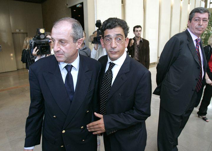 Le 11 juillet 2005 au tribunal correctionnel de Créteil, lors du procès des HLM des Hauts-de-Seine. À gauche, Didier Schuller. À droite, Patrick Balkany. (JACK GUEZ / AFP)