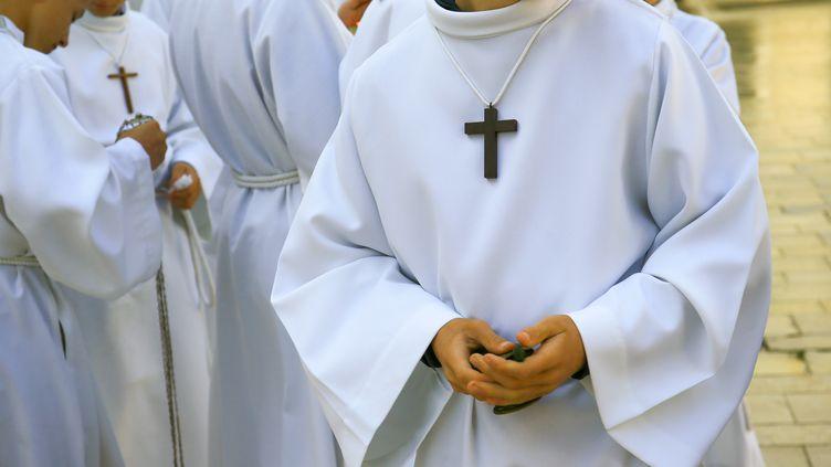 Un enfant de choeur portant une croix autour du cou. (NICOLAS GUYONNET / HANS LUCAS)