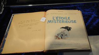 """L'original de """"L'Etoile mystérieuse"""" dédicacé au futur roi Baudouin à l'hôtel Drouot, le 17 novembre 2012. (BENHAMOU LAURENT / SIPA)"""