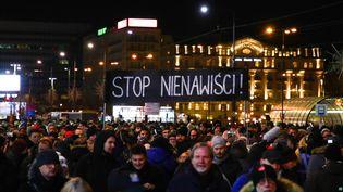"""Un rassemblement à Varsovie (Pologne), lundi 14 janvier 2019, en hommage au maire de Gdansk, mort assassiné quelques heures plus tôt. Sur la pancarte, on peut lire l'inscription """"Stop à la haine"""". (BEATA ZAWRZEL / NURPHOTO / AFP)"""