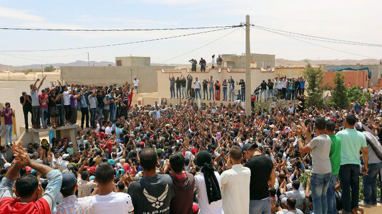 De nombreux Tunisiens se sont rassemblés spontanément à Bir Lahmar, le 23 mai 2017, en l'honneur d'Anouar Sakrafi, tué la veille par une voiture de la gendarmerie. (FATHI NASRI / AFP)