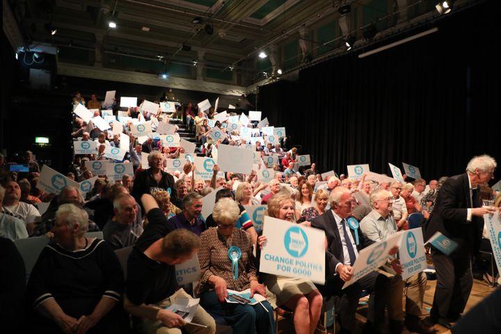 Des supporters du Brexit Party lors d'un meeting à Gloucester (Royaume-Uni), le 22 mai 2019. (MARIE-ADELAIDE SCIGACZ / FRANCEINFO)